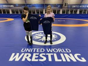 Sura Abbassoy ja Laura Talvensaari saivat tyttöjen haastajaleirillä maajoukkuepaidat kiitokseksi tyttöpainin edustamisesta kuvauksissa.
